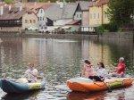 Kanoí po Vltavě